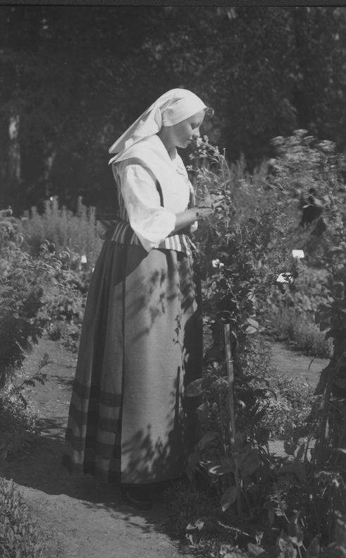 Kvinna iförd Åkerödräkt. Foto sannolikt tagit I Nyköping. 1960 Brevkort föreställande folkdräkter framtagna av Södermanlands Länds Hemslöjdsföre...