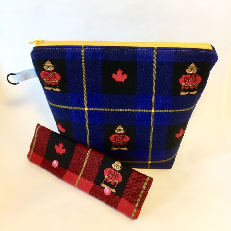 Keep your project safe in the Canada 150 Maple Leaf and Beaver Mountie project bag and matching needle keeper.   Visit the QuiltMoxie shop at QuiltMoxie.Etsy.com .