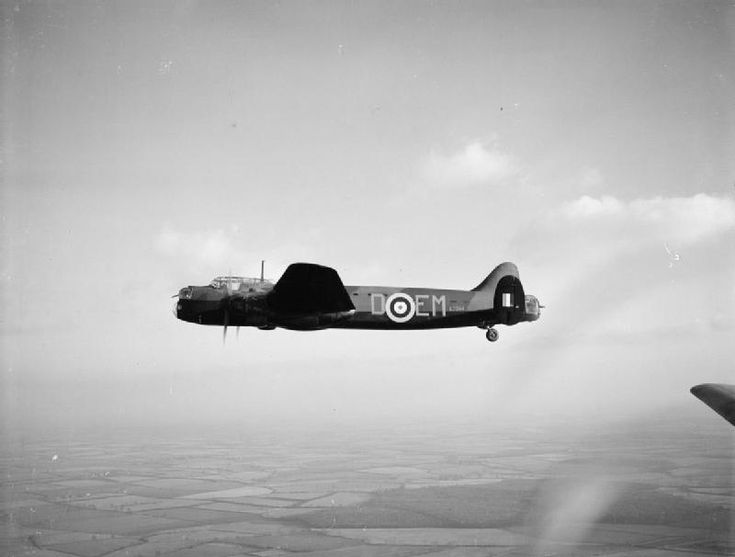 Avro Manchester Mark I, L7284 EM-D, of No. 207 Squadron RAF based at Waddington, Lincolnshire, in flight.