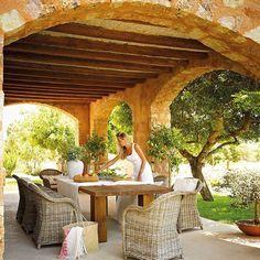 Esos arcos, esos muros de piedra, las vigas de madera vista... A ti también te encantan las masías antiguas, ¿verdad? Pues no lo creerás, pero esta que ves es más joven que tú y que yo. Nueva, pero hecha como las de ayer (toda en el link de la bio) . . #elmueble #casaelmueble #masia #casa #casas #home #homes #casadecampo #rustichome #casarustica #porche #jardin #garden #ar