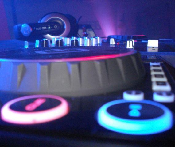 Ofrecemos todo que necesitan para realizar un evento perfecto en Cali.  Sonido Profesional, Iluminación y efectos especiales, Ayudas Audiovisuales, Barras Cocteleras, Mesas y sillas tipo Bar y más.