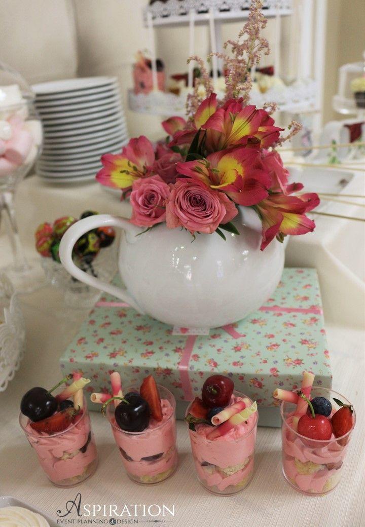 Aranjament floral in ceainic Tea pot flower arranjement