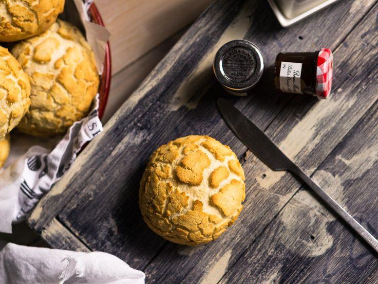 Этот вид хлеба (в виде булочек или буханки) довольно популярен в Голландии, США, Канаде и Великобритании. Он имеет характерный рисунок-трещинки, похожие на пятнистую шкуру животных, поэтому традиционно его называют тигровым хлебом (tiger bread), хотя мне кажется, рисунок все же больше похож на шкуру жирафа или леопарда 🙂 Корочка получается хрустящей, а мякиш булочек остается мягким...Read More »
