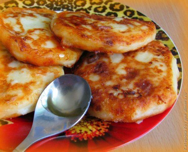 Сырники из домашнего творога с изюмом / Рецепты с фото