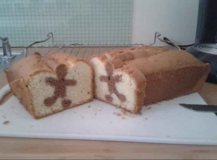 Eerst een chocoladecake bakken, als deze afgekoeld is in plakken snijden, figuurtje uitsteken (nu mannetje maar kan ook een bijvoorbeeld een hartje zijn, of een cijfer etc...) en dan de uitgestoken vormpjes precies tegen elkaar in een bakvorm zetten en dan witte gewone cakemix bereiden en er overheen gieten/scheppen dan deze cake ook afbakken en voilà, cake met een mannetje erin! Een tip kies liever geen fragiel figuur als je haast hebt :-)