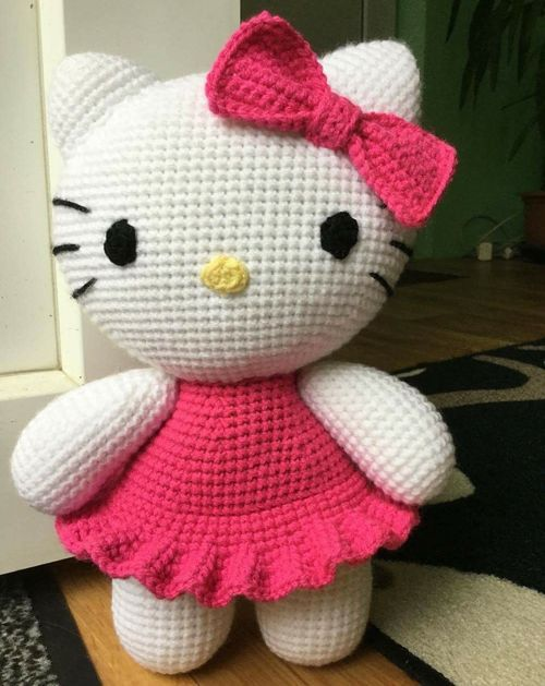Big Hello KittyThis crochet pattern / tutorial is available for free... Full post: Big Hello Kitty