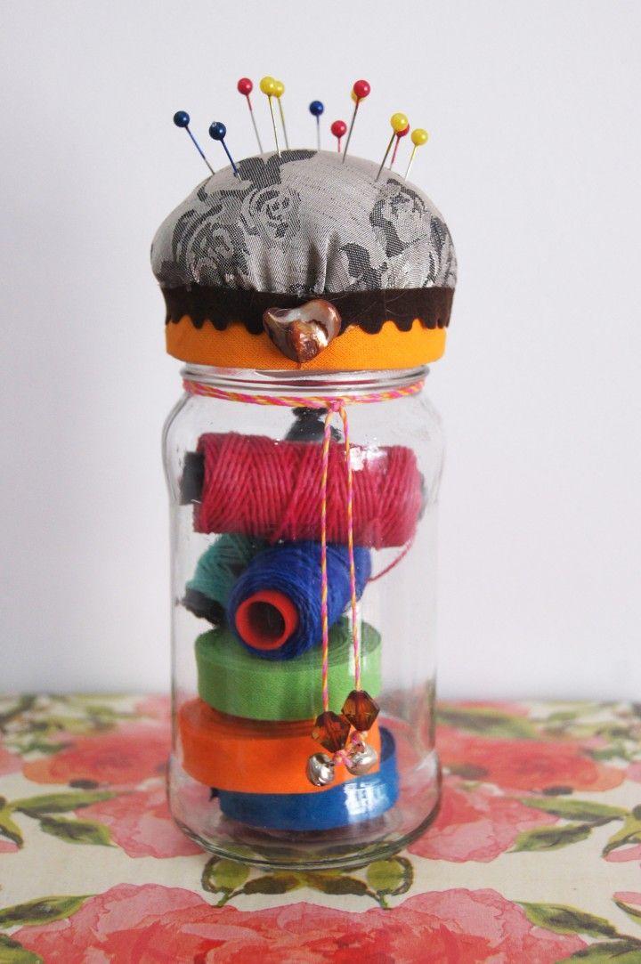 Recuperamos frascos de vidrio y le dimos este toque vintage! Guardá botones, hilos o lo que necesites! Tienen una almohadita en la tapa para que mantengas tus alfileres y/o agujas en orden.