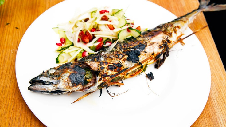 Grillet makrell med agurk- fenikkel- og granateplesalat - Makrell er kjempegodt på grillen, bare grill den litt lenger enn du tror før du snur den, ellers kan skinnet lett revne. Jeg fyller den med sitron og urter, og serverer med en frisk agurksalat med fenikkel, granateple og ristede mandler.