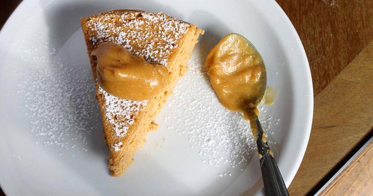 Fabulosa receta para Cheesecake Soufflé de Dulce de Leche (3 ingredientes!). Esta receta me parece tan copada que no sé por donde empezar. El nombre tiene tres partes y la receta tres ingredientes, ya eso solo está buenisimo. ¿Cuántas recetas tienen así de atractivas y con tan pocas cosas? Vuelvo a leer: cheesecake + soufflé + dulce de leche. Creo que con eso solo podría dejar de escribir, no? Yo suelo comer el dulce de leche directo del pote, es como más me tienta. ¿Será por eso que no ...