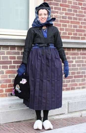 Klaasje uit Staphorst had zich voor deze dag speciaal gekleed. Zij droeg rouwkleding van Staphorst die gedragen werd als men op visite ging. De kleding is van omstreeks 1950.