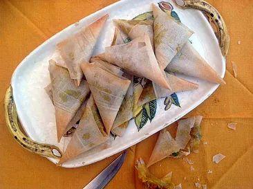 Hoy volvemos con una receta de la India muy conocida por todos. Las samosas son una especie de empanadillas triangulares que se cocinan fri