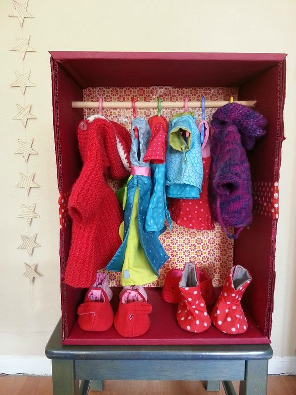 Armoire pour poupées en carton... Puppenschrank aus Karton...