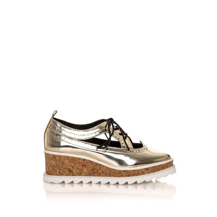 Zapato con aberturas laterales, cuña y cierre de cordones<br />