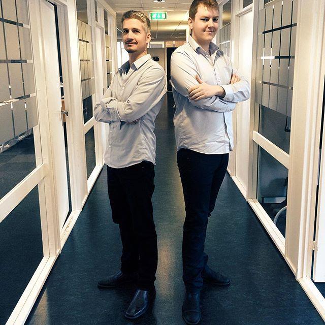 #Support? #kjekke menn som #hjelper alle i #nød? Ja, takk! Bildet går også inn i serien Idium Great minds think alike! #tvillingerpåjobb #kleseglikt #greatmindsthinkalike #blåskjorte #sortbukse