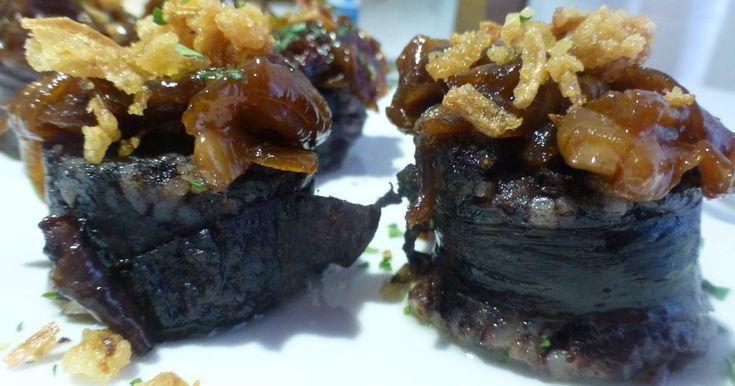 Fabulosa receta para Pincho de morcilla con cebolla caramelizada. Delicioso pinchito de morcilla de Burgos con cebolla caramelizada y crujiente de cebolla