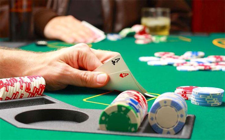 Общие правила игры в #покер  Кроме таких известных видов покера, как Покер Омаха и Техасский покер, существует огромное количество других разновидностей. При этом, если говорить о процессе игры, то для большинства из них действуют некоторые общие правила игры. Например, при игре чаще всего игроки имеют только 5 или 7 карт для составления комбинаций. Для большинства видов покера используется схожий набор комбинаций карт, которые можно собрать для победы. Побеждает игрок со старшей картой.