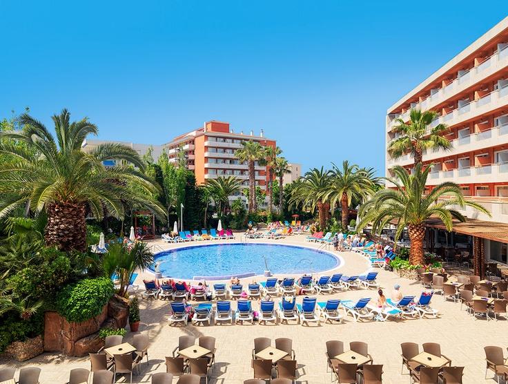 Vista general del hotel y la piscina #h10 #h10hotels #salou #h10vintagesalou #h10europapark