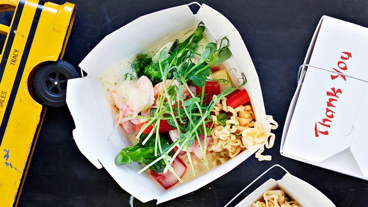 Supersnabb och enkel nudelsoppa med grönsaker och räkor. Du kan dessutom förbereda det mesta.