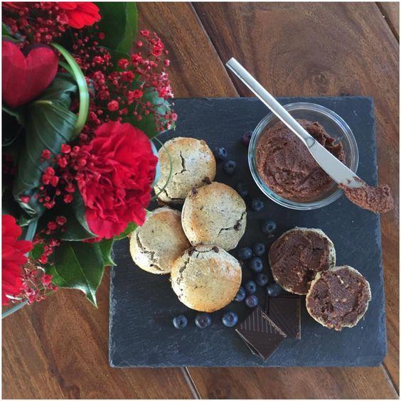 Det er Valentinsdag i dag - Så derfor har jeg lavet et par opskrifter med chokolade. Da vi jo alle ved, at chokolade er vejen til mange pige hjerter;-) Derfor har jeg lavet engang fuldkorns scones og Hjemmelavet Nutella. Begge ting er sukkerfri. Så er der chokolade for alle pengene. 9 stk. sc....