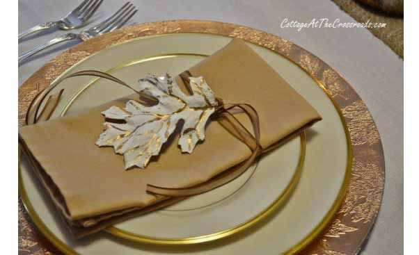 Fascinating-Decoration-For-Thanksgiving-With-Fancy-Cutlery-With-Gold-Plates-And-Gold-Napkins-Design.jpg 602×367 pixels