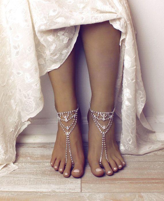Zainab Barefoot Sandals functie zilveren tinten en veel schitteren, perfect voor uw trouwdag op het strand. Deze prachtige combinatie van voet juwelen is eenvoudig en toch elegant te vangen de harten van iedereen rond. Handgemaakt met zilveren vergulde Strass ketting, cup 2 mm keten, kreeft gesp en een verstelbare sluiting op de achterkant van de sandalen. De sandalen komen in paar. Cadeau verpakt in onze op maat gemaakte 7 x 5 geschenkdoos, klaar om te dragen. Het dragen van deze sandalen…