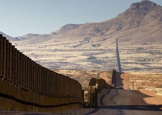 Trump llega a frontera con México como muestra de su afán de levantar el muro