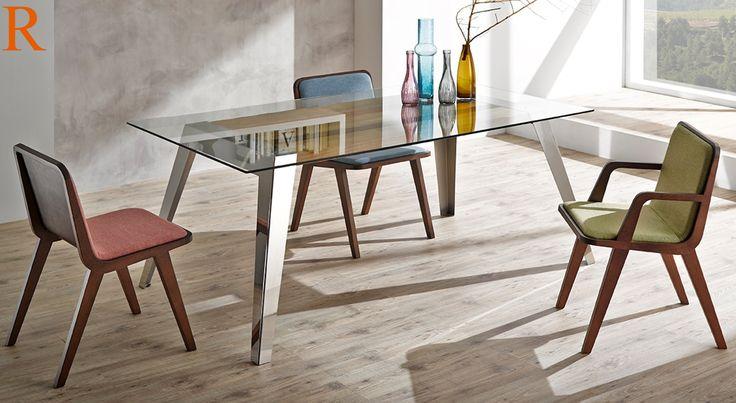 Mesa de comedor de estilo nórdico  fabricada en madera natural envejecida 47 mm. con patas acabadas en acero inoxidable   brillo y chapa de 2 mm. y sillas fabricadas en madera de fresno.