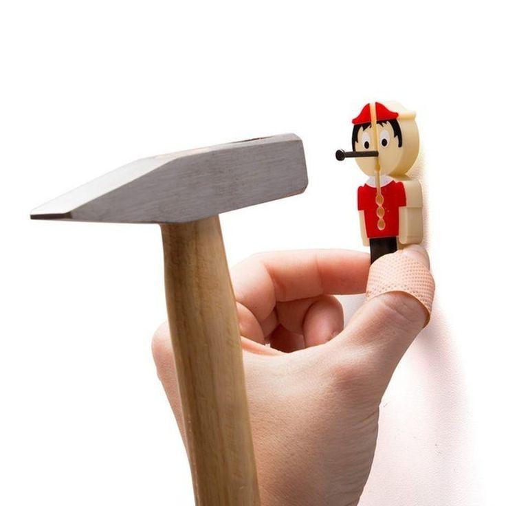 En lille Pinocchio som beskytter dine fingre, når du bruger en hammer