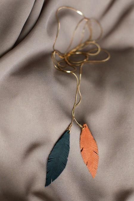 DIY pour réaliser un délicat sautoir orné de deux pendentifs en cuir en forme de plumes.