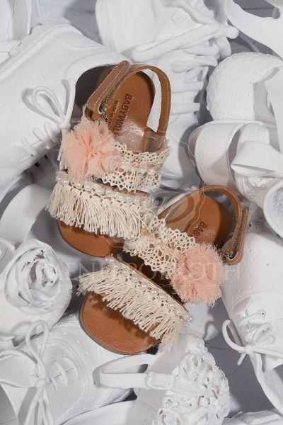 Παπούτσια βάπτισης περπατήματος για κορίτσι της Babywalker δερμάτινο πέδιλο σε ταμπά χρώμα διακοσμημένο με βαμβακερή δαντέλα σομόν λουλούδι και πέρλες
