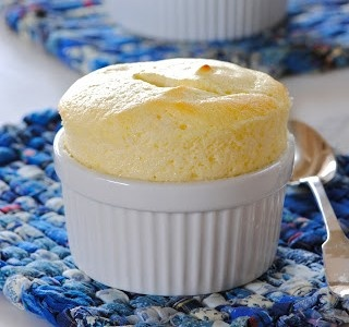 Soufflé de yogur griego-  Impresionante…    Su color brillante y su textura esponjosa…delicado… perfecto para un gran almuerzo dominguero.