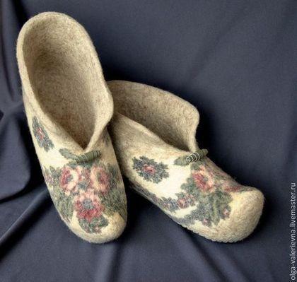 Купить или заказать Валеночки домашние Морозко. в интернет-магазине на Ярмарке Мастеров. Традиционная домашняя обувь в наших широтах :) Чистая шерсть, не впитывают запахи, легко стираются. Декорированы фрагментами шерстяного Павлово-Посадского платка. Подшиты натуральной кожей/замшей. Цена указана за обувку до 40 р-ра вкл. Каждый последующий размер + 100 руб Другие тапки в моём магазине: www.livemaster.ru/olga-valerievna?