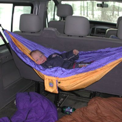Les hamacs en toile de parachute sont très compacts, ultra légers et s'installent partout, même dans une voiture. Envie du même?www.camilleandco.be