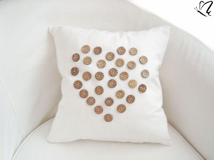 _GomBíčKy SrDcA & NaTuR _poťah na vankúšik, z jednej strany biely s 30 kusmi ručne našitých kokosových gombíčkov v tvare srdca a z druhej strany iba v bielej farbe so zatváraním na zips. _prosím, rešpektujte vlastný autorský návrh _biela farba ukľudňuje a zbavuje negatívnych myšlienok... _detaily: 100% bavlnená kvalitná česká látka aplikácia - gombíky _ďalšie ...