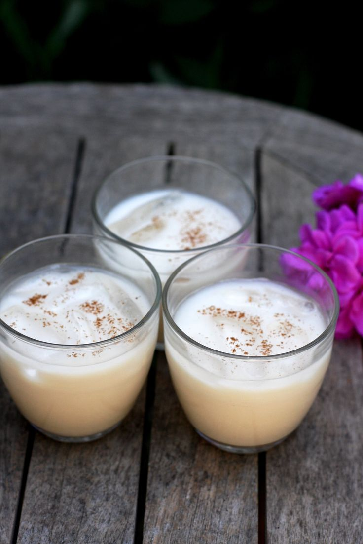 Do you love horchata? This sweet, creamy, rice-and-almond-based drink is not to be missed, especially now that summer is here and a cool, refreshing drink is always appreciated. While traditional horchata contains milk and sugar, it can also be made without dairy and lends itself well to sugar alternatives such as agave or dates. Read on for our classic Mexican horchata recipe with some extra ideas for non-dairy and sugar-free alternatives.