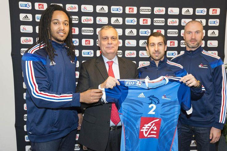 Présentation du nouveau maillot de l'équipe de France de Handball @ffhandball par la @Caisse_Epargne