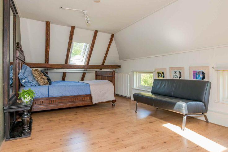 Foto van een van de vier ruime slaapkamers boven. Huis zoveel mogelijk in stijl willen houden. Dus geen dakkapellen, wel houten balken in het zicht. Sfeervol, licht. Wij vinden de combinatie oud en nieuw mooi | woning te koop | huis te koop | woonboerderij | zwolle | Zwolle | buitenleven | moestuin | rietgedekt | witte boerderij | Berkum | Brinkhoek | welkom