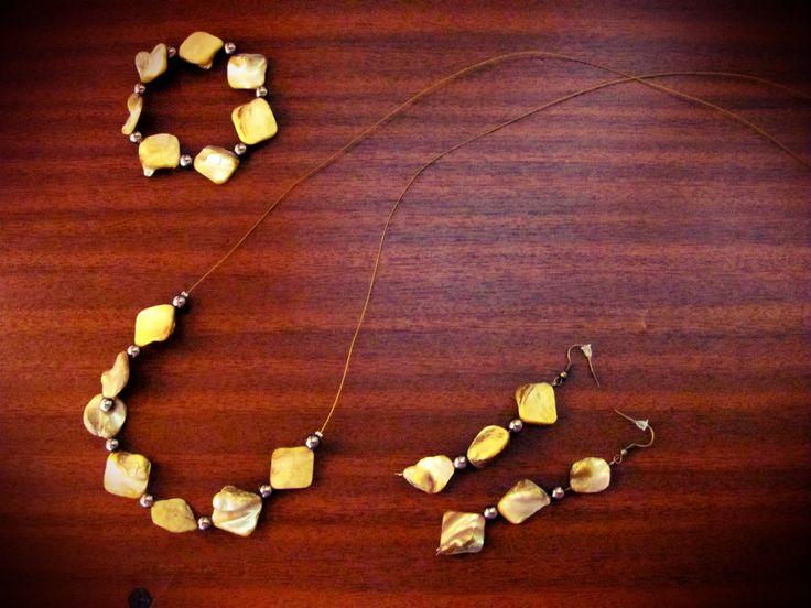 collar de piedras amarillas