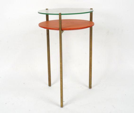 Guéridon piètement en laiton, plateau en verre et cuir rouge. Jacques Quinet XXème siècle