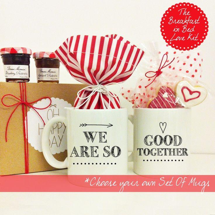 The Breakfast in Bed Love Kit -  Ένα υπέροχο δώρο για το ζευγάρι που περιλαμβάνει ένα σετ κούπες της επιλογής σας, Πουά πουγκάκι με 2 μαρμελαδίτσες Bon Maman (φράουλα και βερίκοκο), 2 φακελάκια καφέ Nescafe, 2 φακελάκια τσάι Lipton, 2 φακελάκια ζάχαρη, Δύο μπισκότα-καρδιές