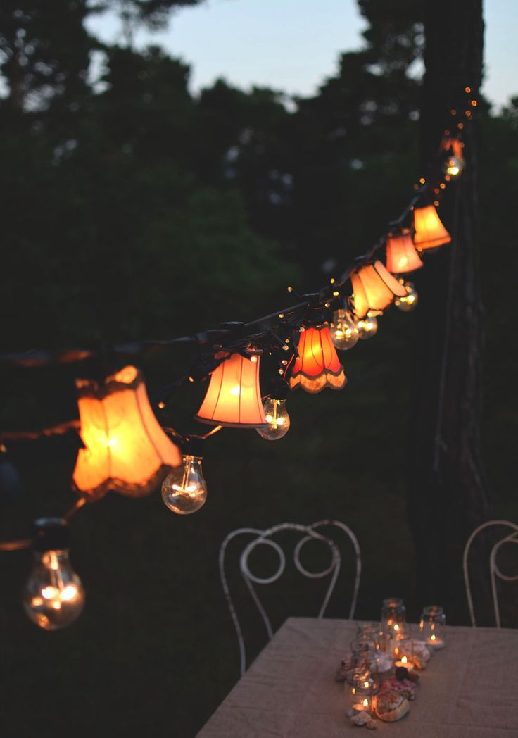 Ljusslinga med lampskärmar. Trädgårdsfest. Light strand, string of lights, string lights, Strand lightning, garden party, garden ideas, diy @helenalyth