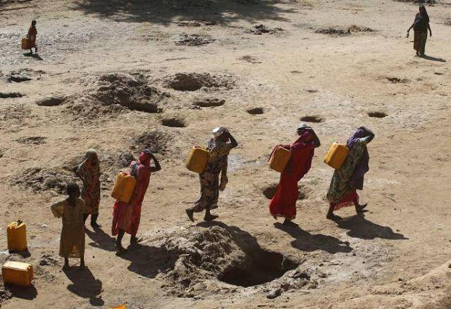 Al-Qaeda Somalia disebut telantarkan warga  Para wanita membawa jerigen air dari sumur dangkal di Shabelle River (19/3/2016. REUTERS)  Kelompok milisi al-Syabaab Somalia dituduh menelantarkan warga sipil di wilayah yang dilanda kekeringan seperti dikatakan pejabat PBB Kamis (16/3). Hal itu terjadi karena jaringan al-Qaeda di Somalia ini dinilai membatasi akses bantuan internasional. Sekitar seperempat juta orang meninggal karena kelaparan pada 2011 lalu al-Syabaab disalahkan karena dianggap…