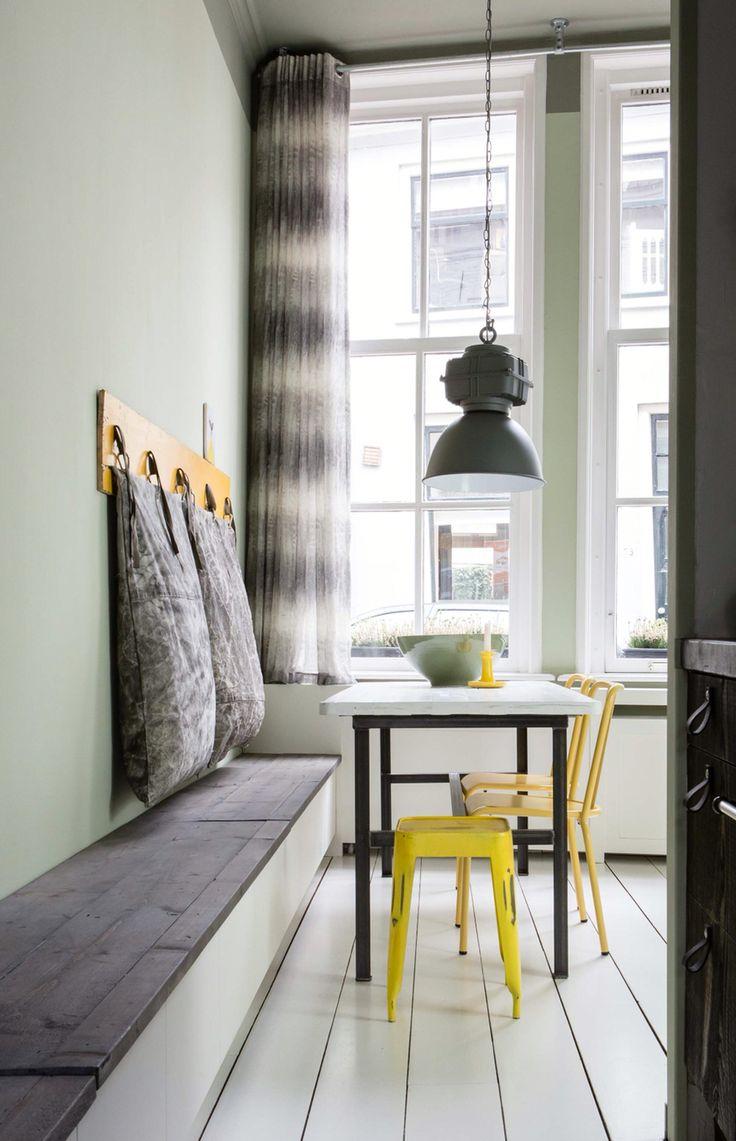 Wandbank met donker bovenblad gemaakt door Sijmen Interieur, voor het tv programma 'weer verliefd op je eigen huis' van VT Wonen.