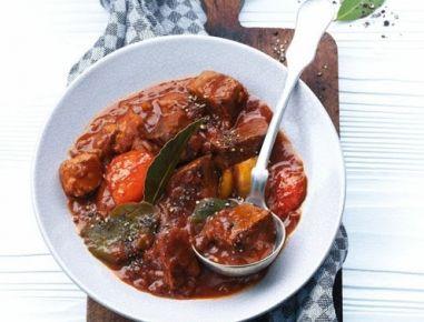 Für das Paprikagulasch Gulaschfleisch waschen, trockentupfen und portionsweise in heißem Öl in einer Pfanne rundherum anbraten. Mit Salz und