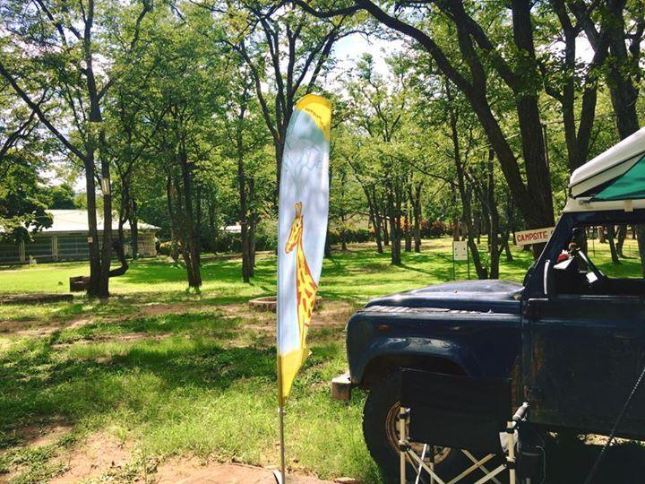 Zwei Wochen Simbabwe liegen hinter uns. Viel Schönes aber auch Spannendes unter anderem 35 Polizeikontrollen...  Zeit für ein Lebenszeichen und für meine Kollegen bei Ray Sono der Beweis: die Fahne ist dabei!   Wir relaxen die nächsten Tage im Kruger Park und dann gibt es endlich neue Reiseberichte versprochen