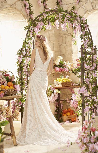 Een jurk met een romantische uitstraling, de jurk krijgt een bijzondere uitstraling voor de schuin vallende plooien.
