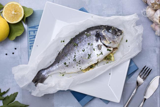 L'orata al cartoccio è un secondo piatto di pesce velocissimo da preparare e decisamente light!