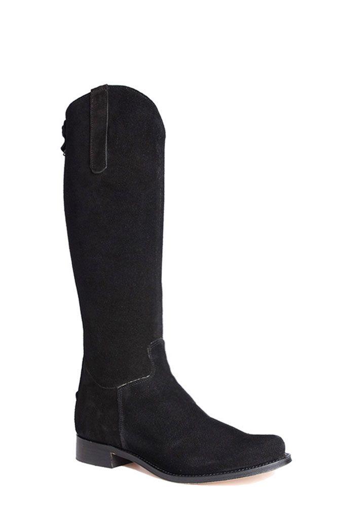 De Nevada Baja Negro laarzen zijn iets minder hoog dan de Alta-uitvoering en daarmee geschikt voor de iets kleinere vrouw. Makkelijk te combineren met diverse modestijlen- en kleuren. Rits aan de achterkant. De zwarte laarzen worden tevens opgesierd door een suède druksluiting die weer over de rits heen valt. De hakhoogte van de laars is 3 cm. #Bootsandwoods