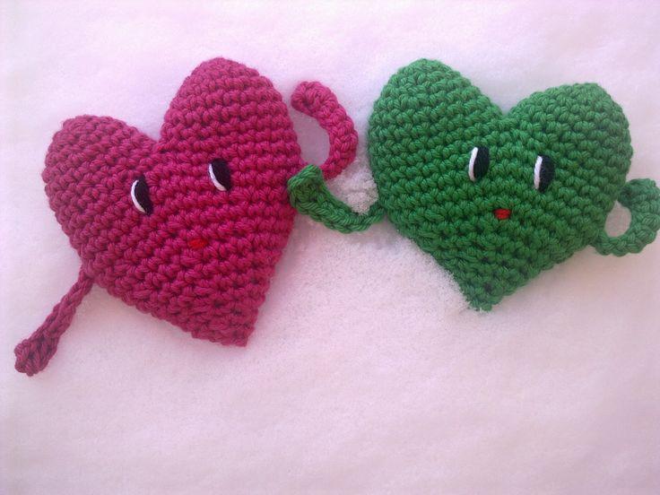 Här är mina virkade hjärtgubbar, lätta att virka och de blir jättefina. Hjärtgubbarna börjas med att man virkar två skålar som sedan virkas...
