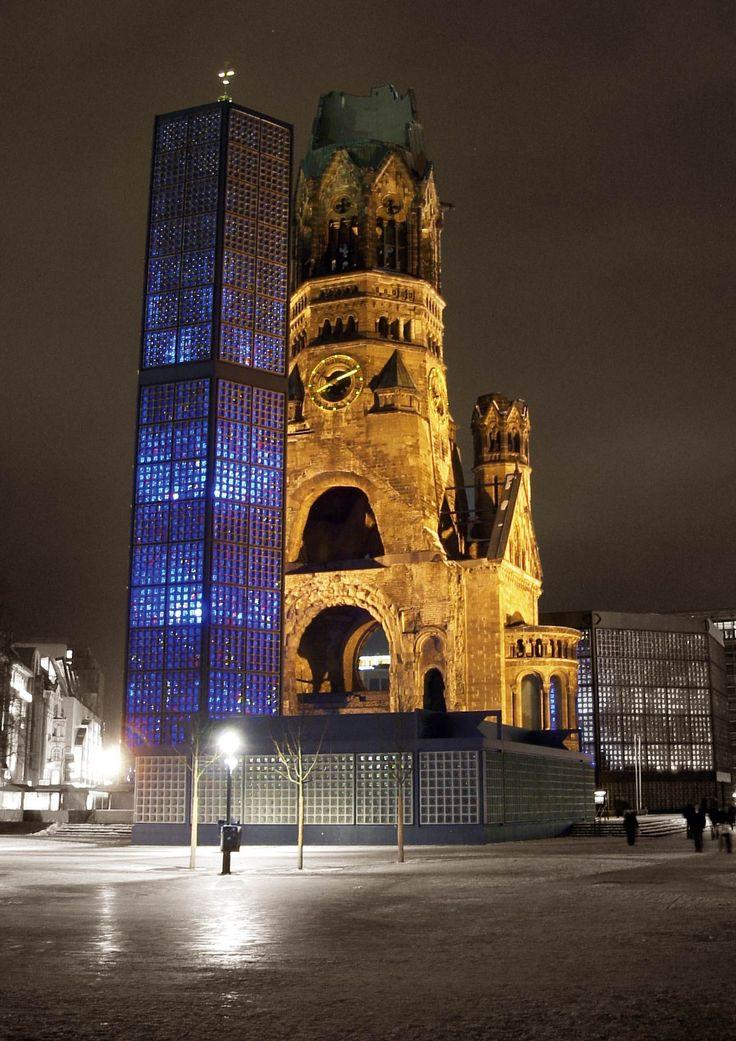KUFÜRSTENDAMM | Gedächtniskirche, l'église du souvenir, l'église amputée. En souvenir du bombardement du 23 décembre 1943 qui l'a endommagée puis des raids aériens de 1945 qui l'ont démolie.